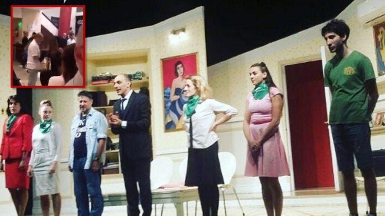 Desestimaron la denuncia  de una espectadora contra el elenco de Toc Toc por el uso de los pañuelos verdes