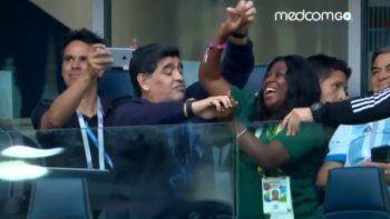 Maradona sin Rocío se divierte bailando con una nigeriana