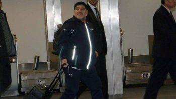 Diego Maradona llegó a la Argentina y escapó de los periodistas