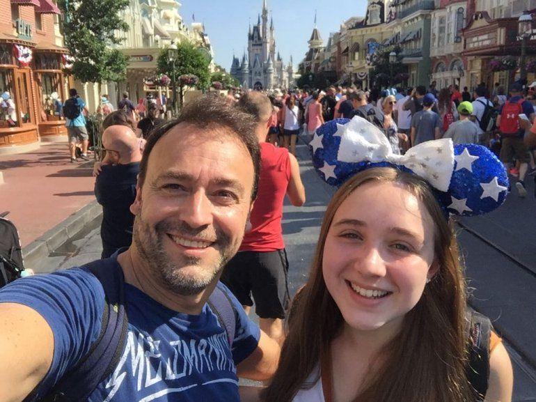 Las divertidas vacaciones de Adrián Pallares por los quince años de una de sus hijas, en Disney