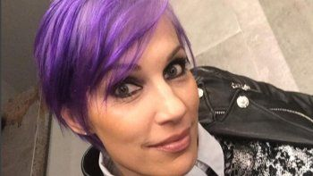 Siguen los insólitos cambios de looks de famosas: Ingrid Grudke se tiñó el pelo de violeta