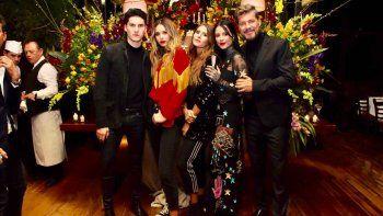 marcelo tinelli anoche junto a toda su familia en la presentacion de ginebra en el bafweek