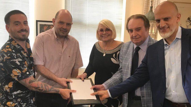 Familia unida: firmaron su contrato Carmen, Santiago y Fede Bal para hacer una gran revista