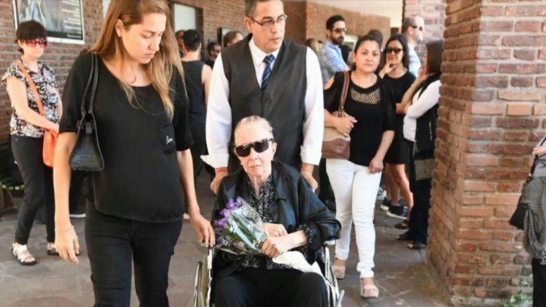 Las imágenes de Pinky en el último adiós a su hijo Leo