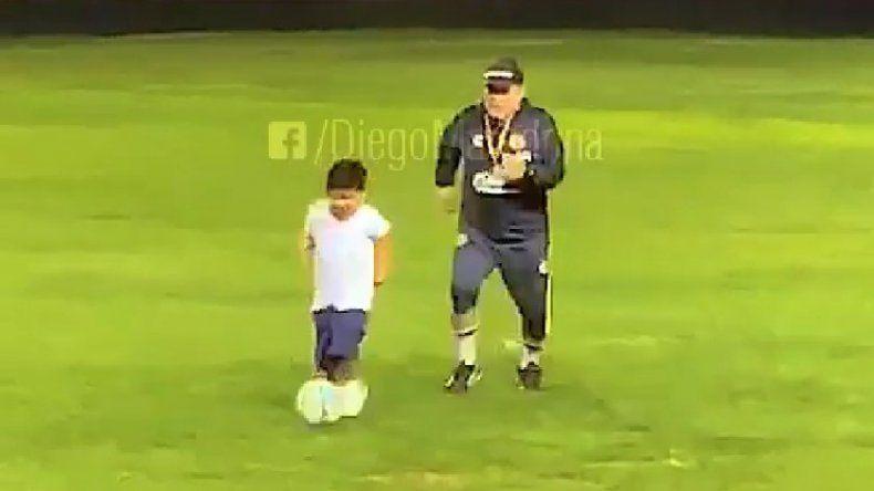 Diego Maradona en una imagen impensada: jugando con su hijo Dieguito Fernando al fútbol