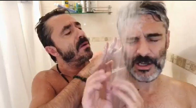 ¡Insólito! En la ducha, Pablo Granados le hizo una entrevista a Leo Sbaraglia