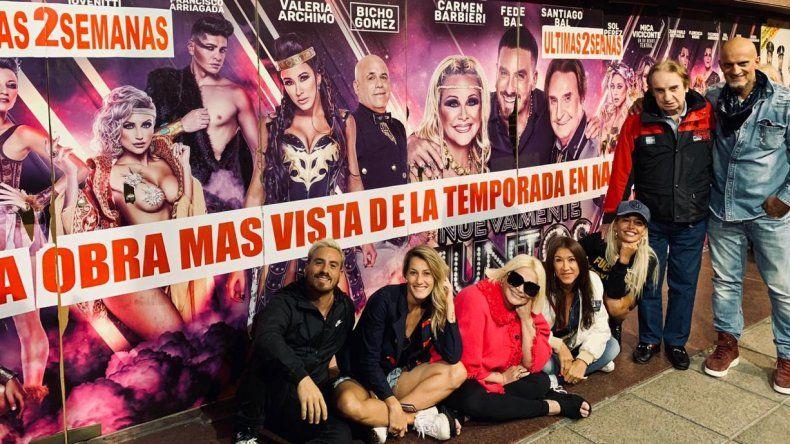 Nuevamente juntos, posó feliz frente al cartel que anuncia ser la obra más vista de la temporada en Mar del Plata