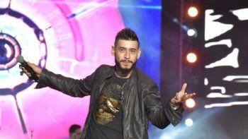 ¿Qué le pasa a Ulises Bueno?: El cantante terminó cantando sentado