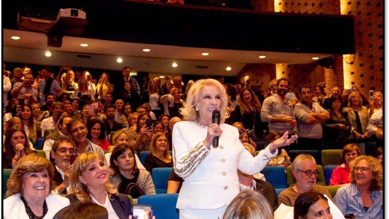 Mirtha Legrand presenció la función de La Verdad con Jorgelina Aruzzi y Juan Minujín