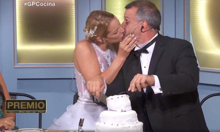 ¡Ni dudó! Carina Zampini sorprendió a un jurado y le estampó un beso en vivo