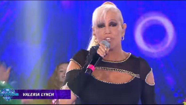 Momento de tensión: el codazo a Valeria Lynch en la apertura de Showmatch