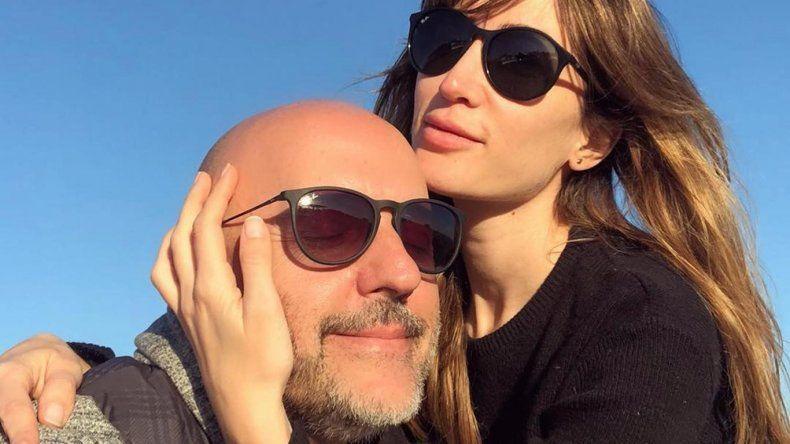 ¡Lo engancharon! Famoso conductor cuarentón se casa con su joven novia