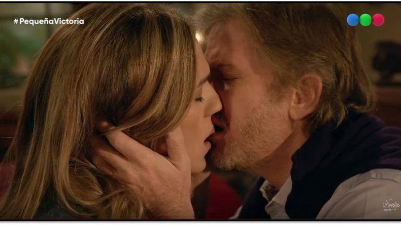 El beso mas esperado: Facundo Arana y Mariana Genesio se besaron en una romántica escena de Pequeña Victoria