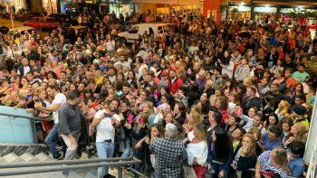 El fenómeno de la temporada Desnudos estrenó a sala llena y la gente enloquece por ver a los protagonistas a la salida