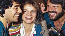 Diego Maradona y Lucia Galán junto a su hermano, cuando grabaron una canción en 1988