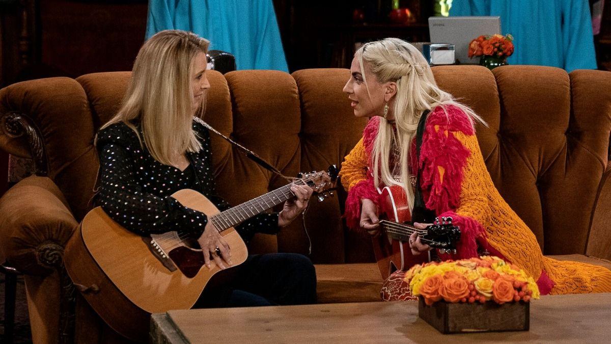 Lady Gaga y Lisa Kudrow durante el especial de Friends
