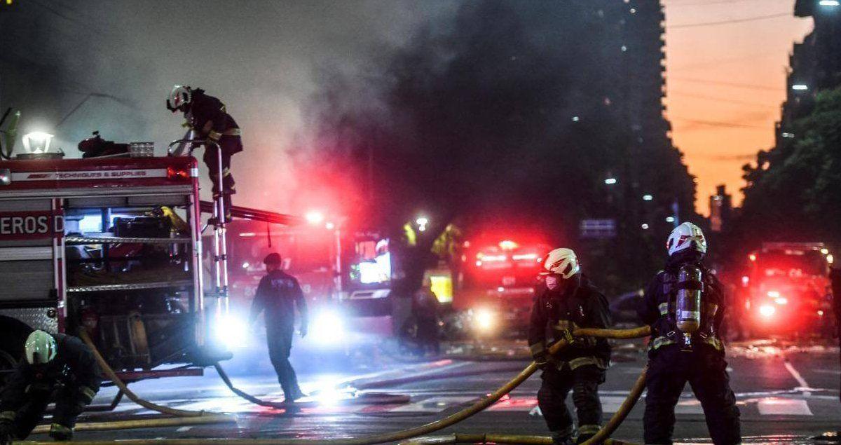 Dos bomberos murieron este martes en incendio de perfumería