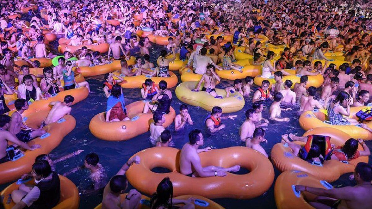 Multitudinaria fiesta acuática en Wuhan