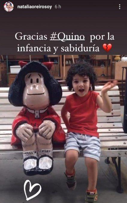 El hijo de Natalia Orerio junto a la estatua de Mafalta