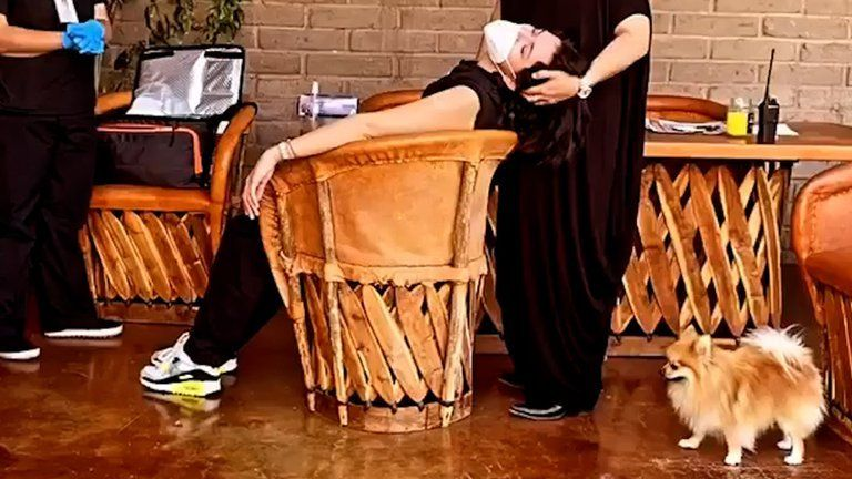 ¡Cómo sufrió! Ángela Aguilar casi se desmaya por una vacuna