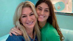 Lola Latorre junto con Yanina, su mamá.