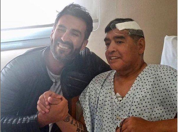 El día de hoy se difundió la primera foto de Diego Maradona tras ser operado. Aparece junto a Leopoldo Luque