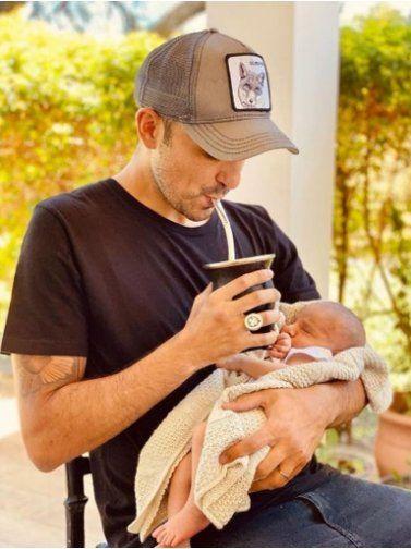 Esta es la foto que el cantante Abel Pintos compartió con sus fanaticos. En ella se lo puede ver a su pequeño bebé Agustín