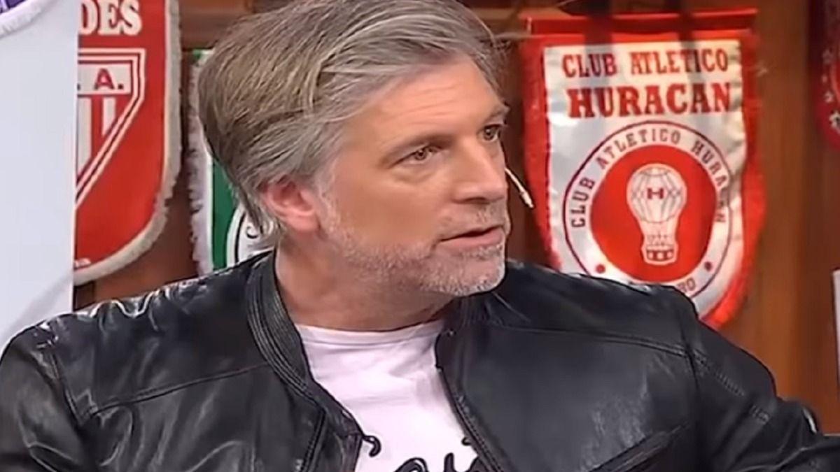 Horacio Cabak mostró su barbijo anticuarentena.