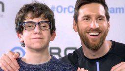 El jugador argentino Lionel Messi junto al jóven Pere Ribas
