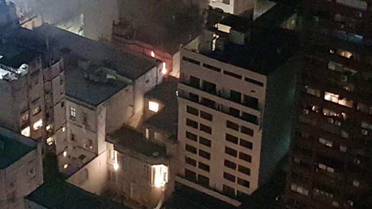 Bomberos de la Ciudad atienden el incendio del departamento