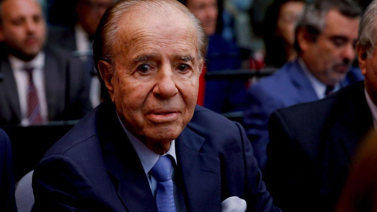 Carlos Menem continúa internado por precaución