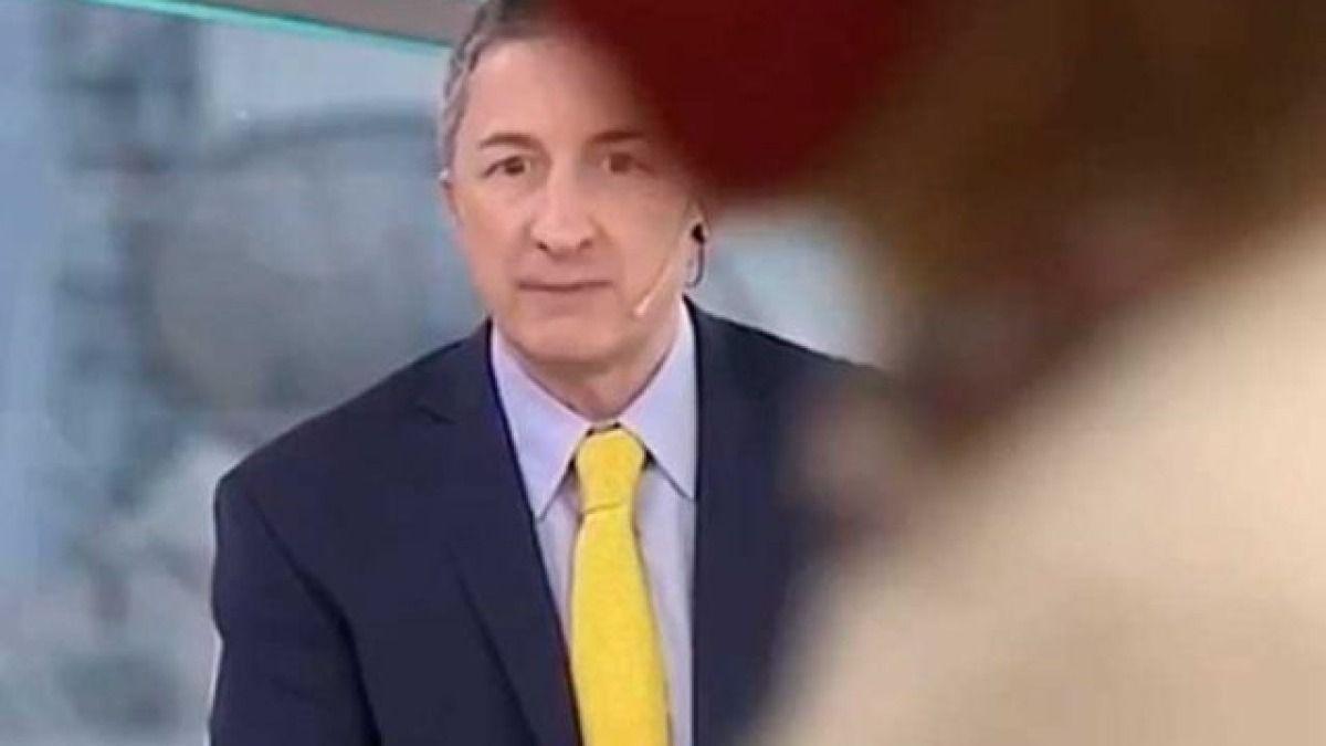 EL periodista Adrián Ventura sufrió un momento incomodo mientras salía en vivo