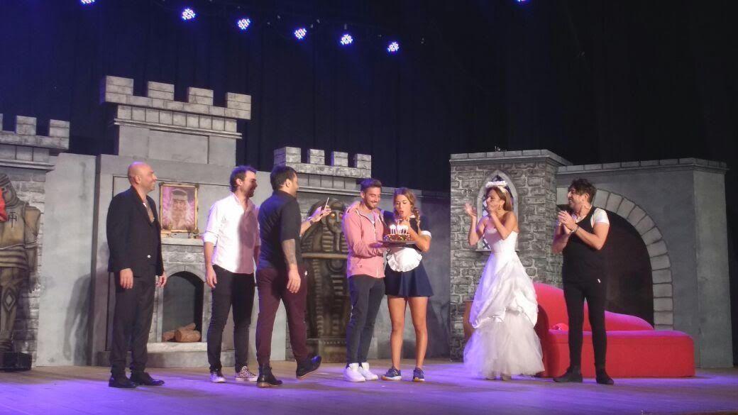 Flor Vigna festejó su cumpleaños sobre el escenario, y su novio fue el regalo sorpresa
