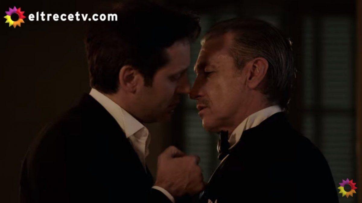 El apasionado beso de Torcuato Ferreyra con el juez Iturbide, en el que se refugia de la humillación pública