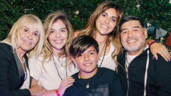 Diego Maradona junto a sus hijas Dalma y Gianinna, su ex esposa Clauida Villafañe y su nieto Benja