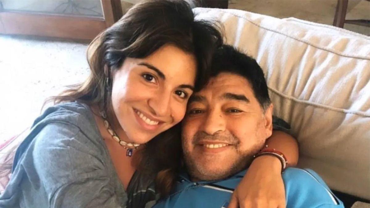 Gianinna Maradona junto a su padre