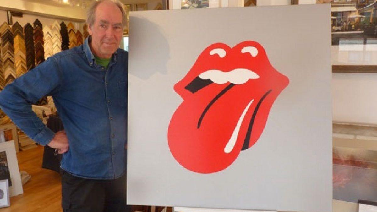 John Pasche junto a la famosa lengua de Los Rolling Stones