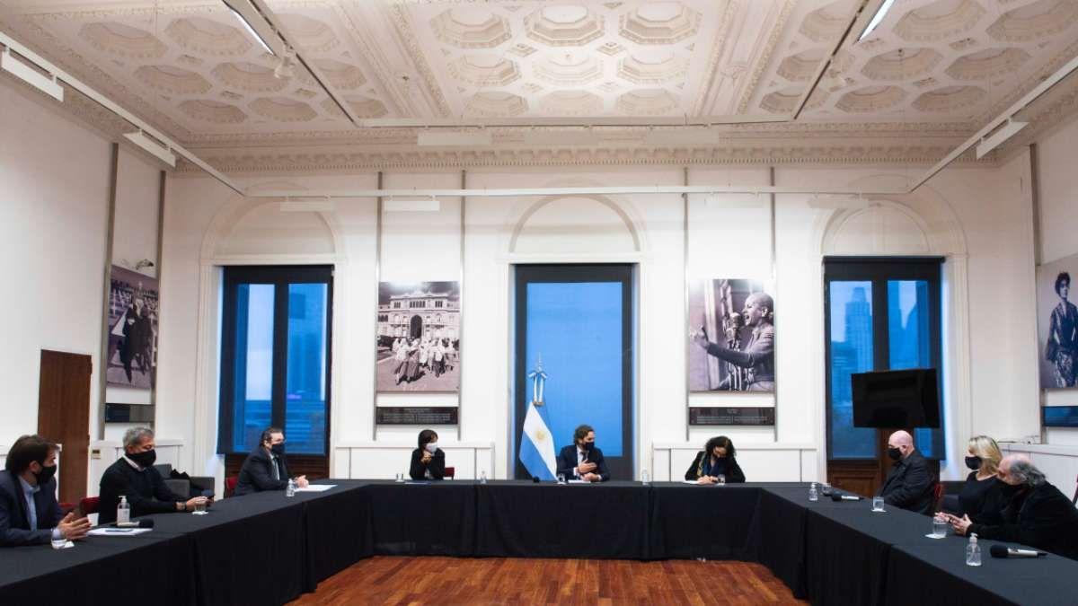 Santiago Cafiero con Carlos Rottemberg y representantes de la cultura