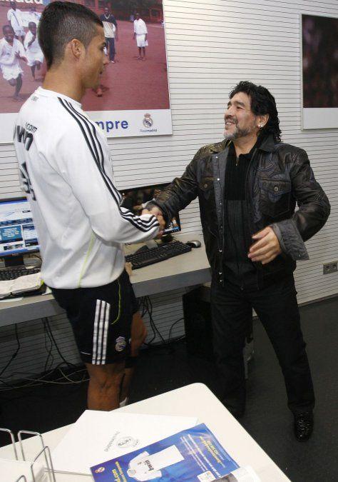 Cristiano Ronaldo y Diego Maradona en uno de sus encuentros