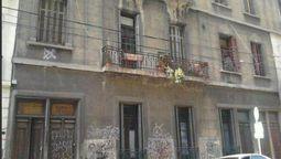 El edificio donde se filmaron algunas escenas de la serie Okupas se encuentra en el Pasaje del Carmen al 700