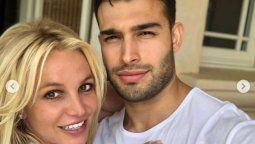 Britney Spears y su novio juntos hasta en los comentarios negativos.