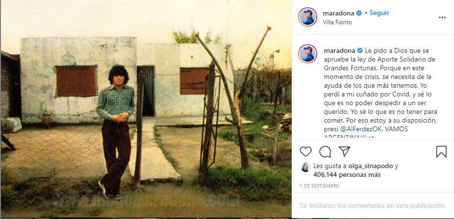 Diego Maradona frente a su casa en Villa Fiorito donde se quemó su premio. Luego de aseguarse una replica