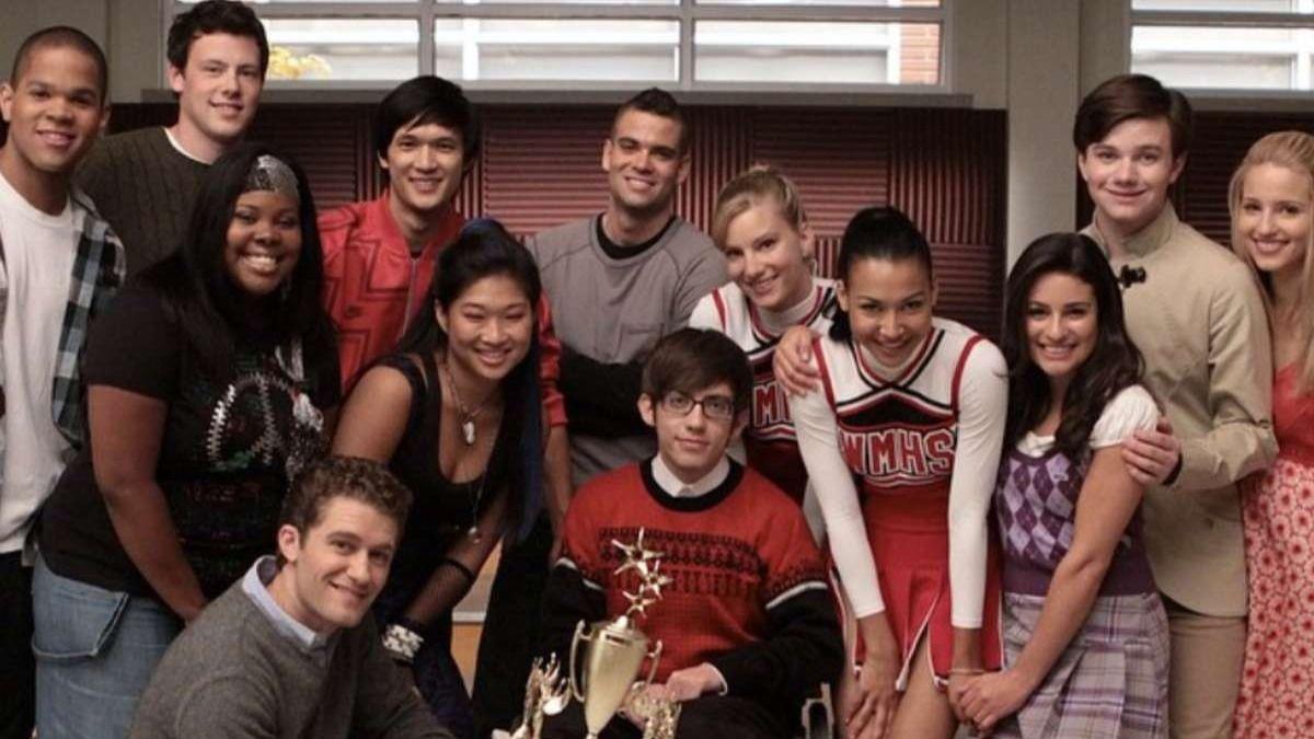 Naya Rivera junto a sus compañeros de la serie musical Glee