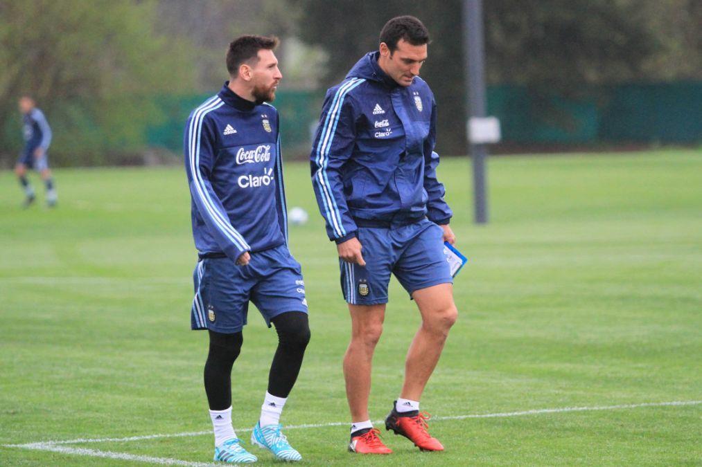 Lionel Messi y Scaloni se reunieron justo antes del descanso nocturno