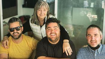 El conductor Darío Barassi junto a su familia