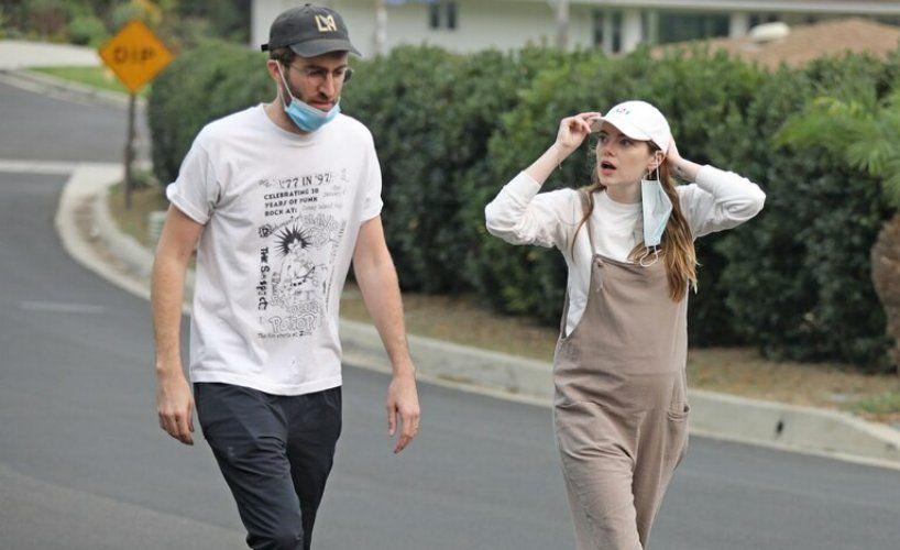 Dave McCary y la actriz Emma Stone durante el embarazo
