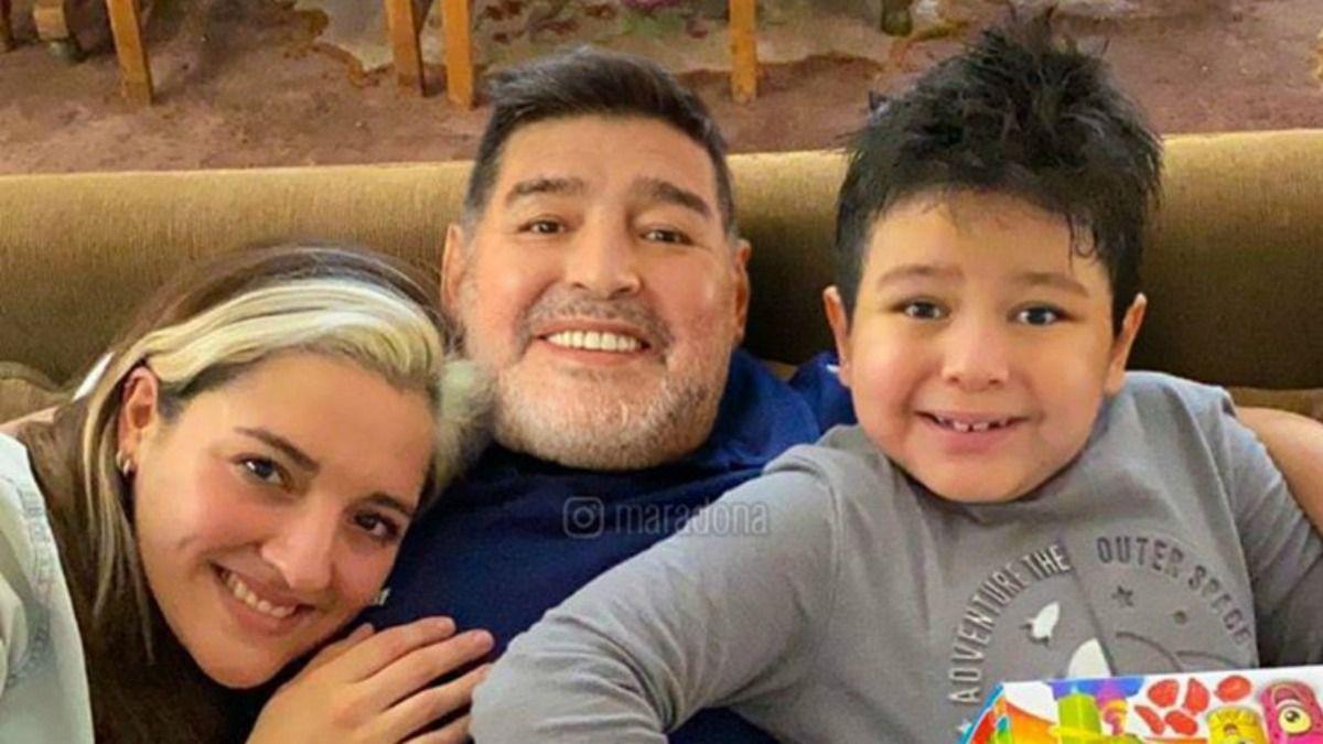 Dieguito Fernando junto a su papá Diego Maradona y su hermana Dana