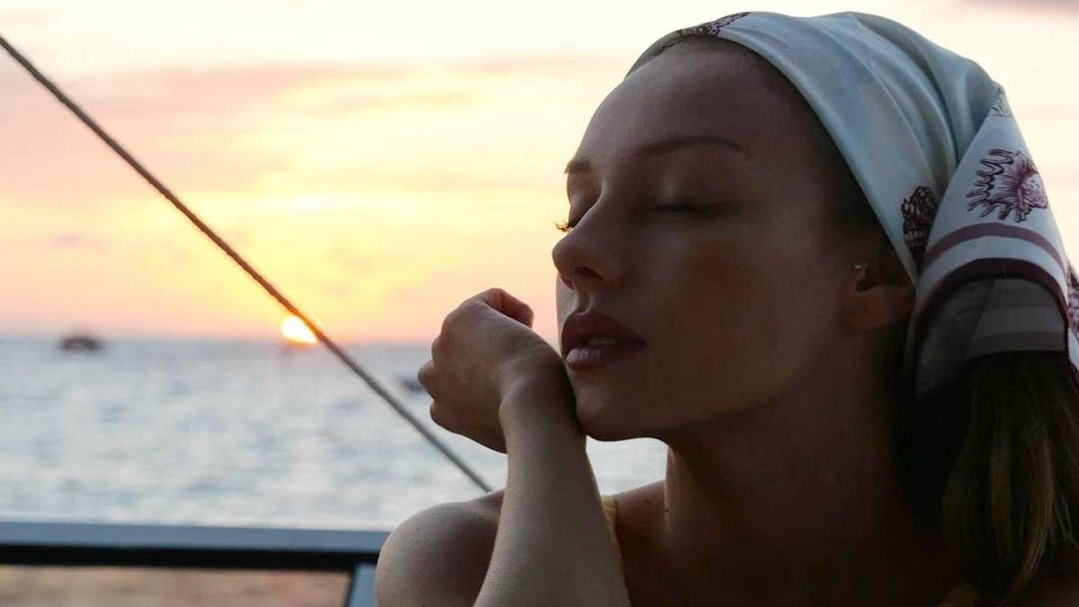 ¡Puro relax! Ester Expósito recibió el año en la playa