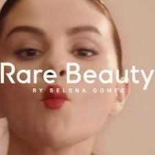 Selena Gomez muestra cómo se maquilla con su nueva marca