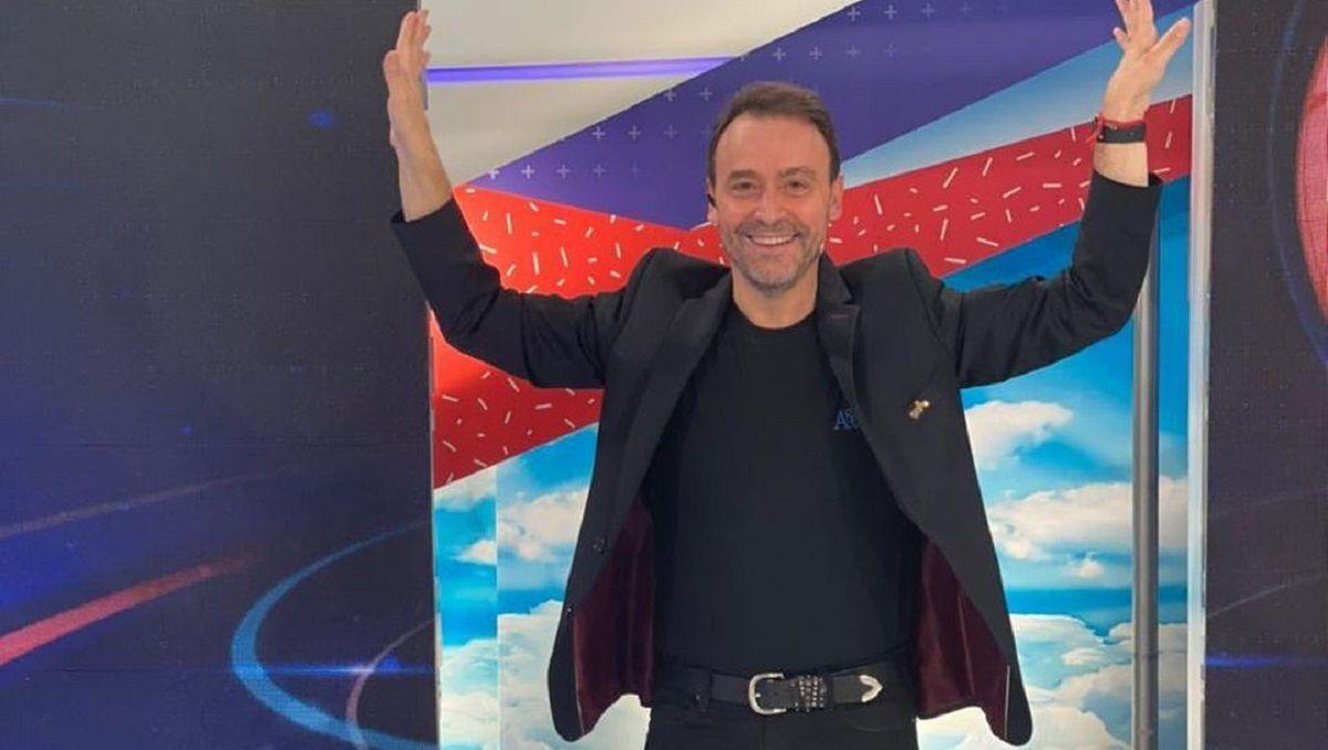 Adrián Pallares, periodista y conductor de Intrusos, por América